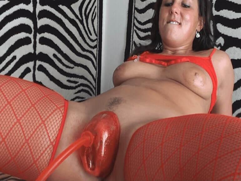 Geile Hausfrau lässt sich auf private Sexfoto die Muschi aufpumpen